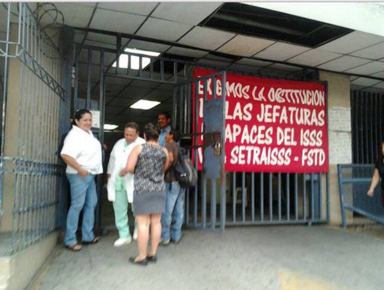 Sindicalistas impidieron el ingreso de las jefaturas, pero no se afectaron las consultas. Foto @UrquilloSV
