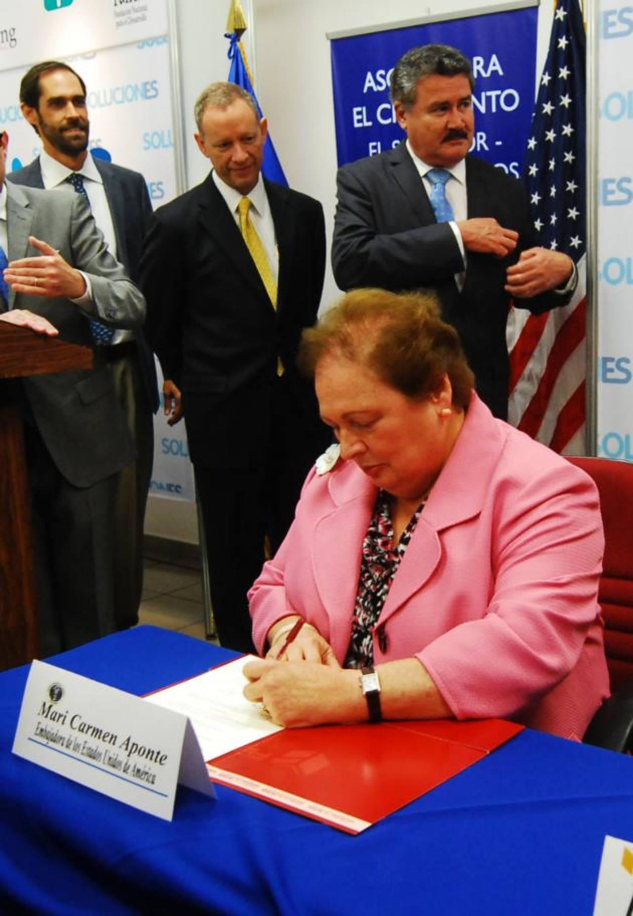 Autoridades estadounidenses firman convenio junto a representantes de cinco fundaciones salvadoreñas. Embajadora Mari Carmen Aponte primer plano. Foto EDH / Marlon Hernández.