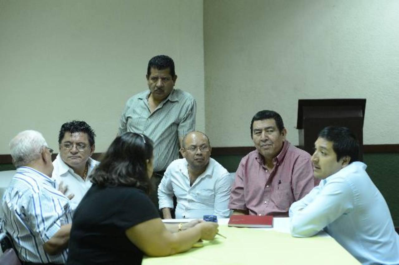 Seis representantes de las 13 gremiales de la Mesa Nacional de Transporte llegaron a la conferencia. Foto EDH / Marvin Recinos
