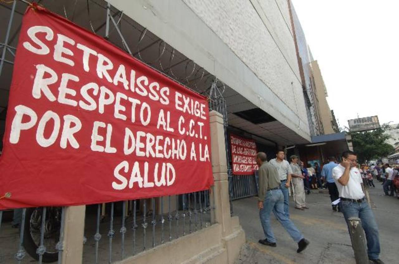 El sindicato del ISSS protestó ayer en el hospital Primero de mayo. La consulta no fue afectada. Foto EDH / Miguel villalta