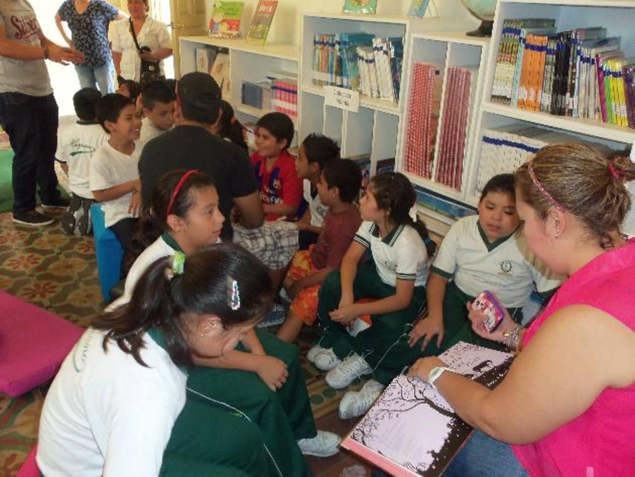 Los voluntarios promueven en los infantes el uso del espacio didáctico. Foto EDH / archivo