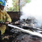 Los Bomberos apagaron las llamas, que amenazaban con propagarse a otras casas y fábricas. Foto EDH / Claudia Castillo.