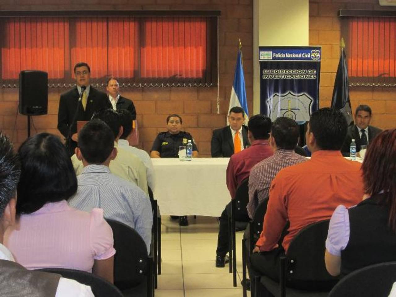 El subdirector de Investigaciones, Héctor Mendoza Cordero, se dirige a los nuevos investigadores. Foto EDH