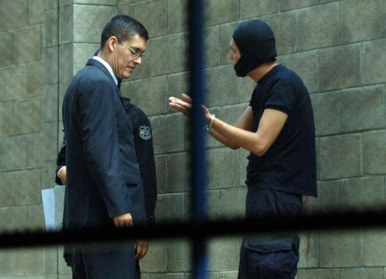 El subdirector de Investigaciones habla con el agente detenido. FOTO EDH / miguel villalta