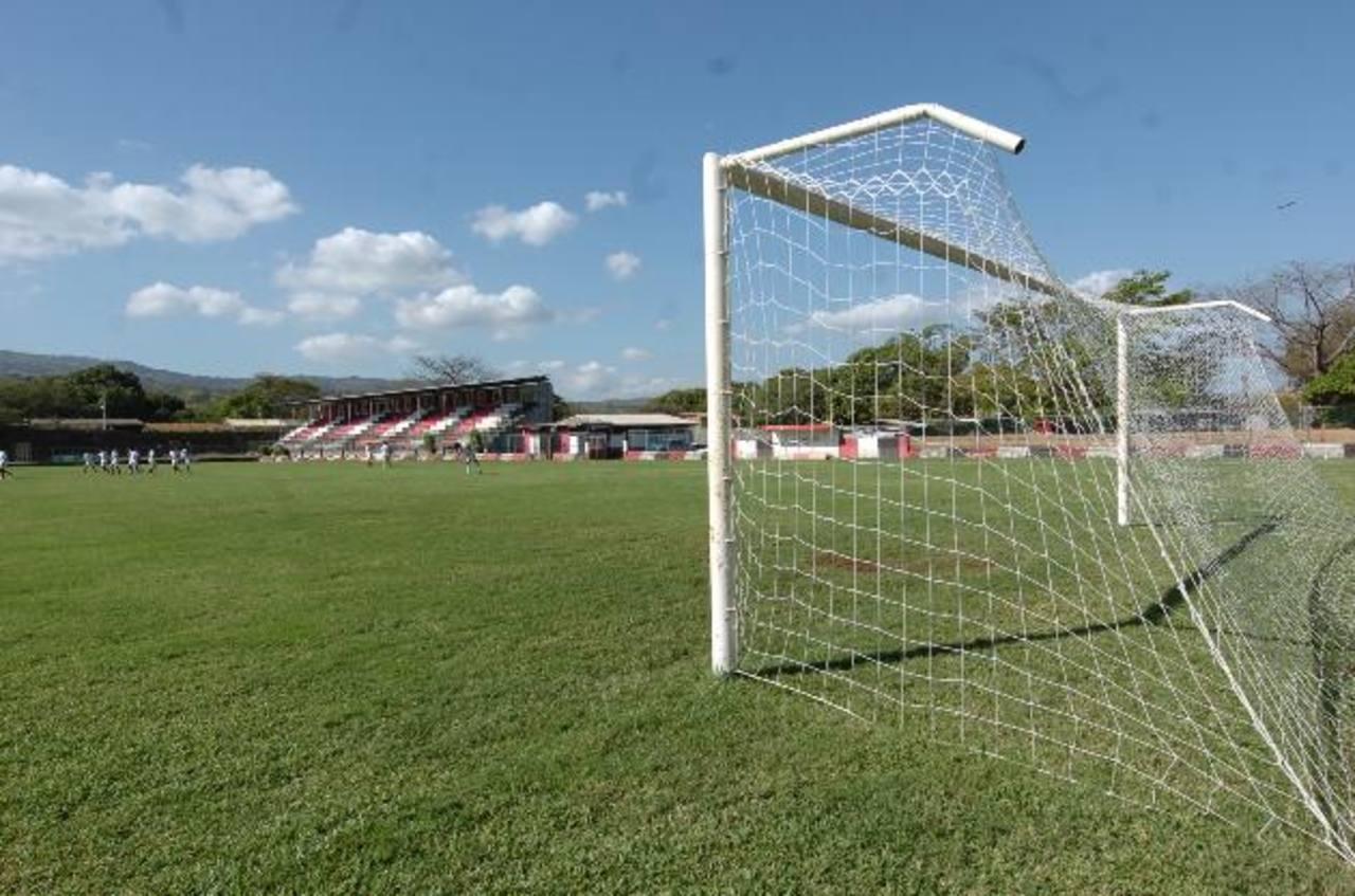 Aunque el estadio es usado para diversos tipos de eventos, solo cuenta con un graderío donde caben unas mil personas, por eso ampliarán su capacidad. Foto EDH / archivo