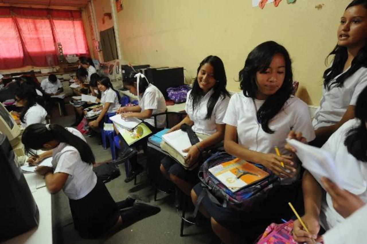 Alumnas de tercer ciclo reciben clases de inglés en el Centro de Recursos de Aprendizaje (CRA). foto edh / Lisseth Monterrosa