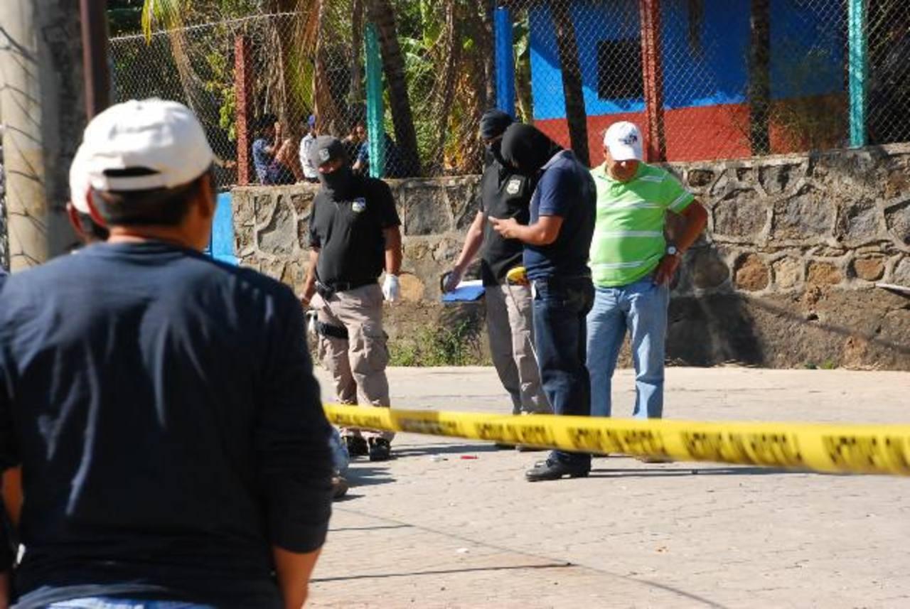 Policías recogen evidencias del doble homicidio ayer en el cantón Yologual, Conchagua. Foto EDH / Insy Mendoza.