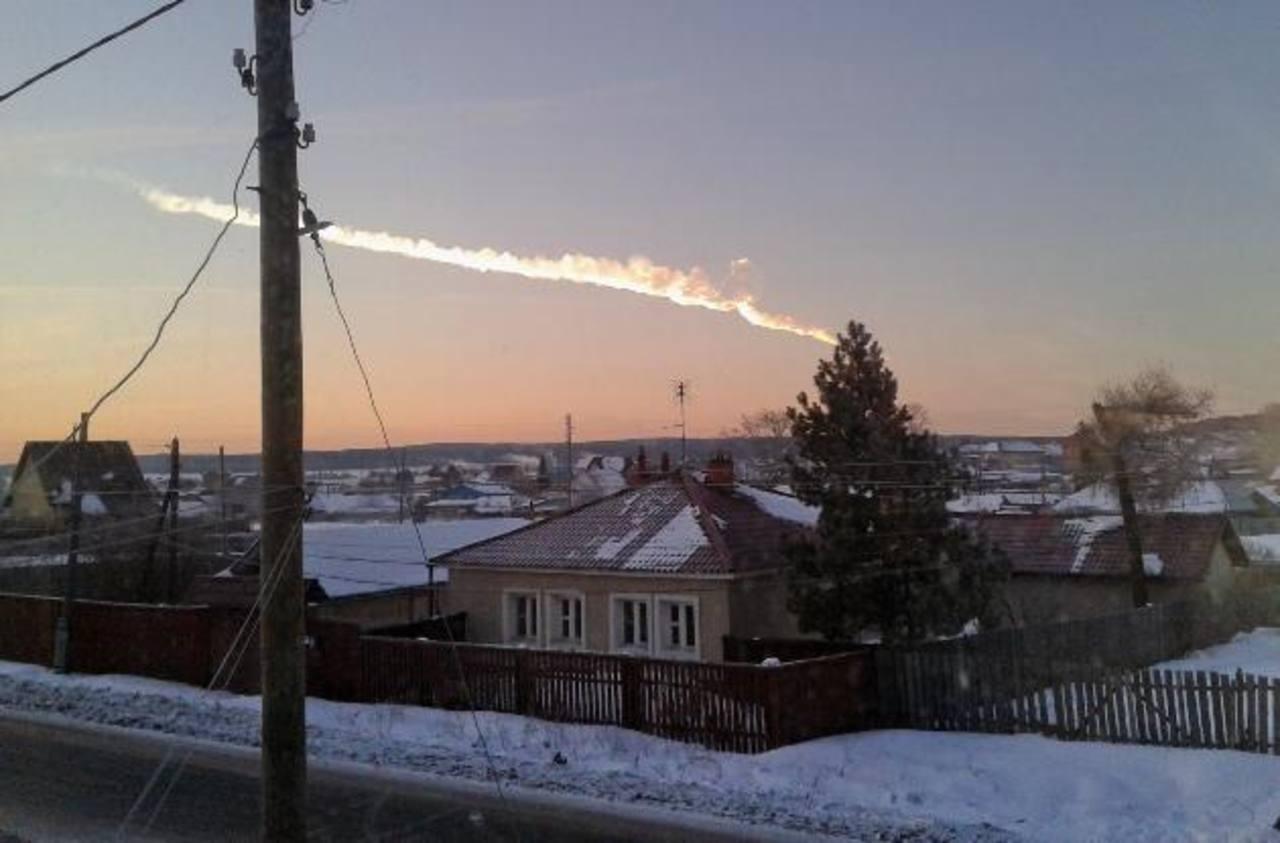 La estela de humo vista desde la villa de Bolshoe Sidelnikovo, a 50 km de Chelyabinsk, donde luego cayó.