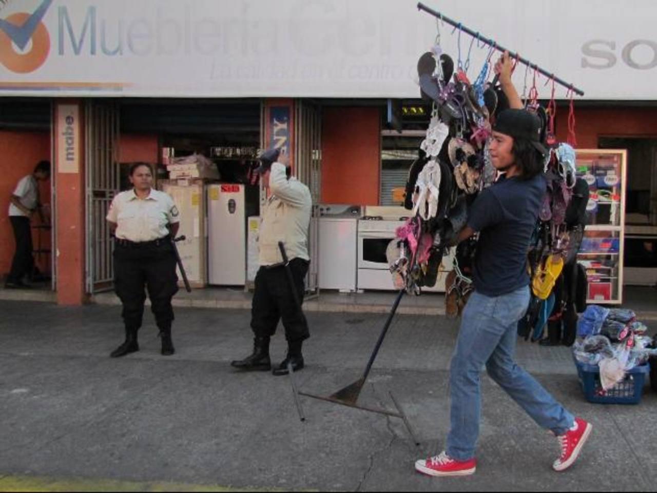 Los vendedores tuvieron que acomodarse en los lugares que la comuna había destinado para ellos. Foto EDH / Mauricio Guevara