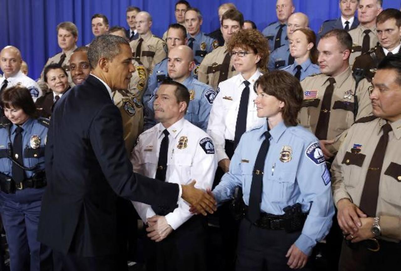 El presidente Barack Obama saluda a agentes tras su discurso ayer. foto edh / reuters