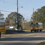 Autobuses escolares en línea durante el funeral del conductor que fue asesinado por el captor del niño. Foto Reuters