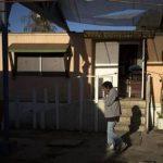 Un hombre camina por un patio de Las Memorias, un refugio de Tijuana que alberga a personas portadoras del VIH o que padecen sida, incluidos migrantes deportados por EEUU.