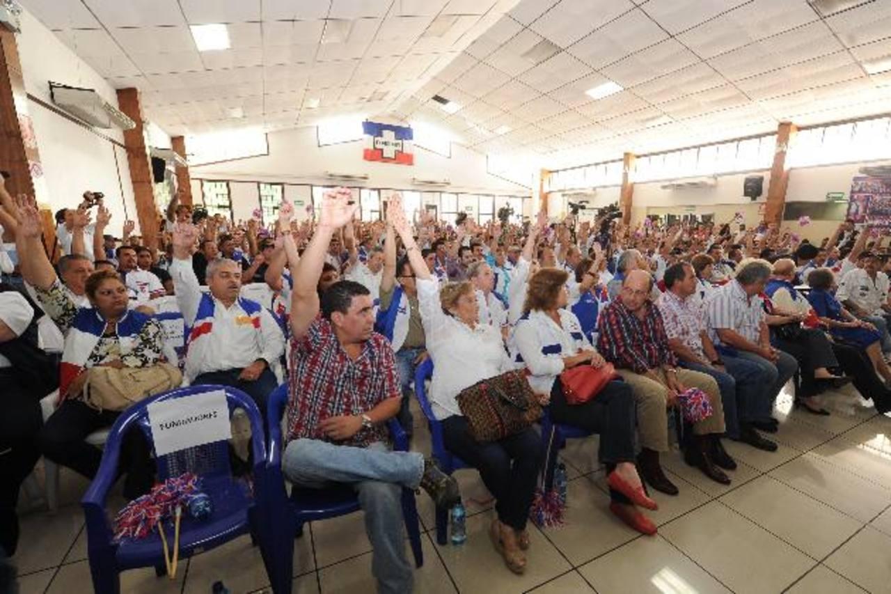 Momento en el que los asambleístas alzan sus manos para avalar las reformas a los estatutos areneros. foto edh / archivo