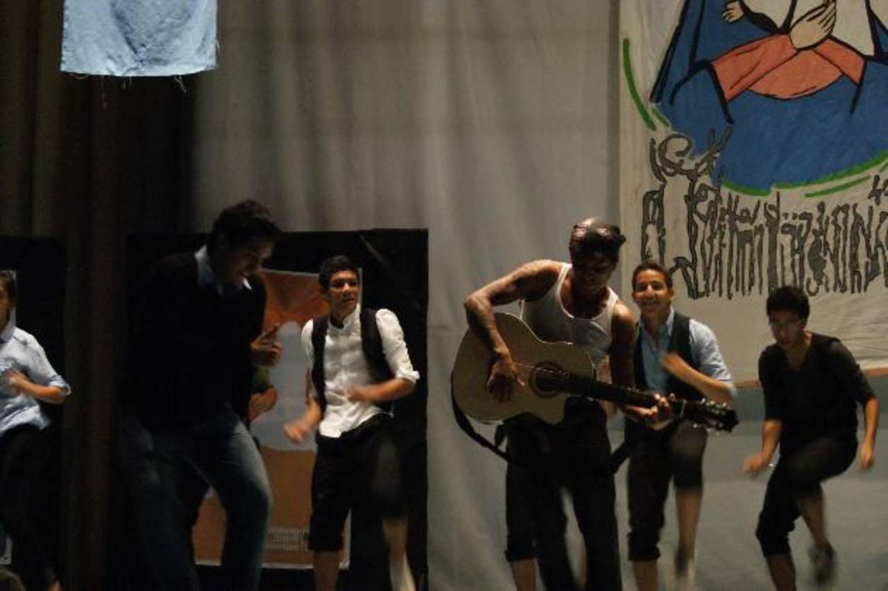 Jóvenes del teatro durante el ensayo de la obra que se presentará en el auditorio de Fepade. foto/ Cortesía