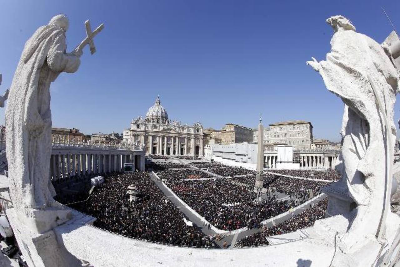Más de 150 mil fieles colmaron ayer la Plaza de San Pedro, en la última audiencia de Joseph Ratzinger como Pontífice de la Iglesia Católica.