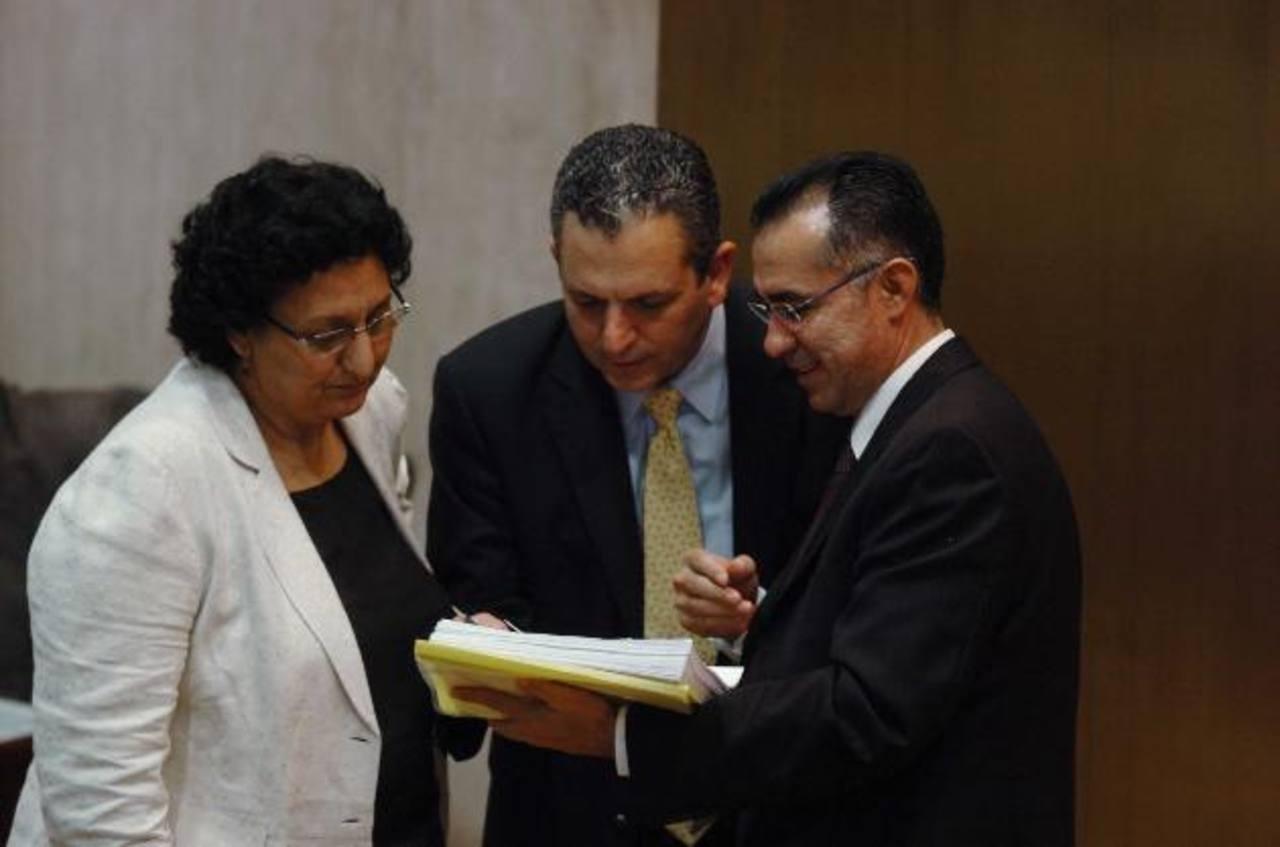 Los diputados Lorena Peña, del FMLN (izquierda), y Edwin Zamora, de ARENA, junto a un asesor legislativo. Foto EDH / jorge reyes