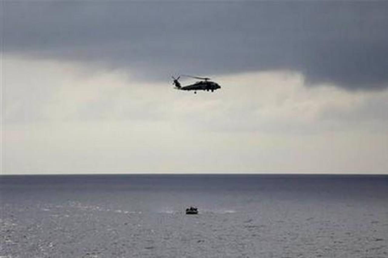 Un helicóptero y un bote de la Armada estadounidense realizan ejercicios de entrenamiento de intercepción de drogas a bordo del USS Underwood mientras patrullan en aguas internacionales cerca de Panamá.