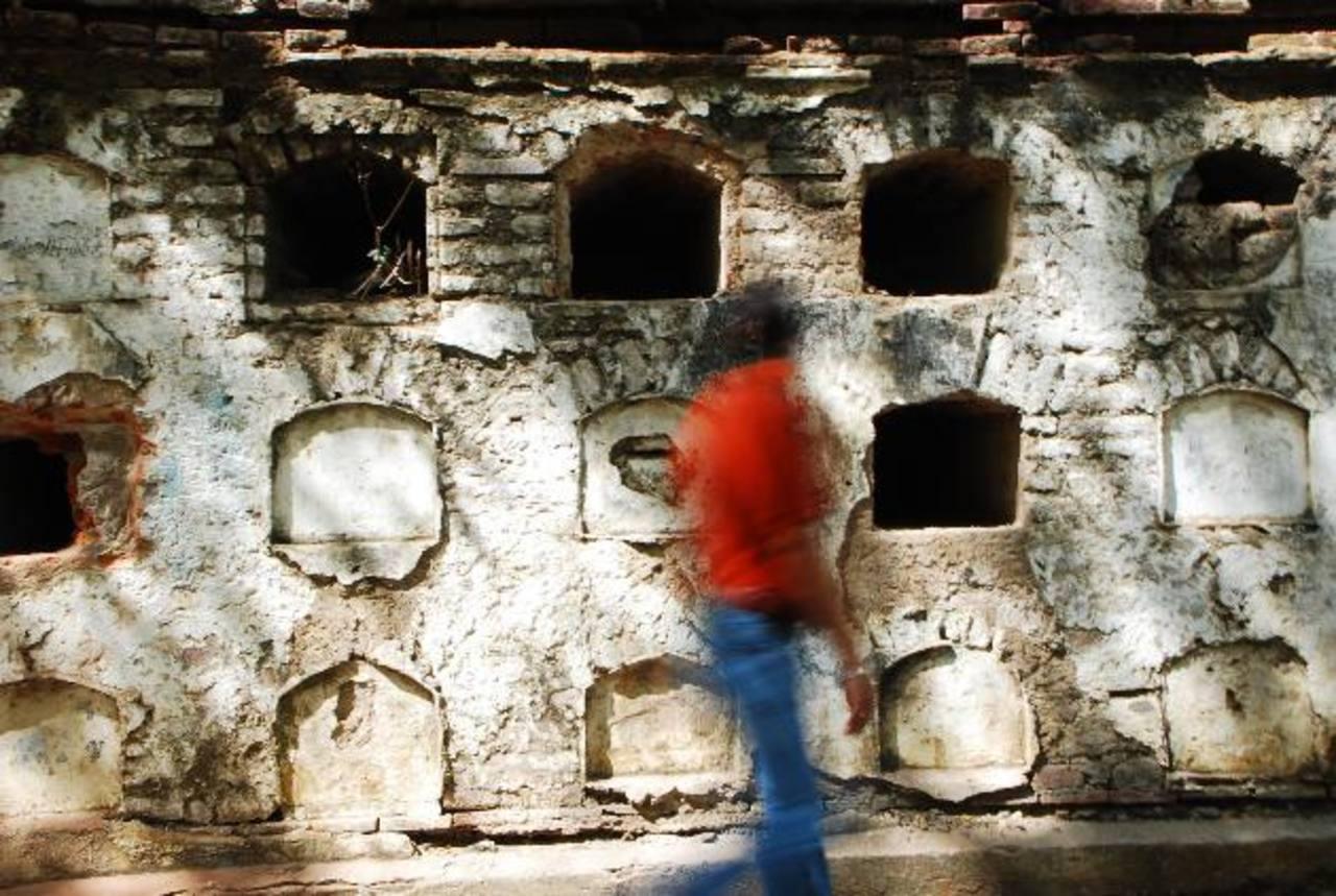 En las lápidas destruidas por la municipalidad estaban grabados apellidos de familias que aún hoy son muy influyentes en la vida económica del país. fotos edh / francisco torres