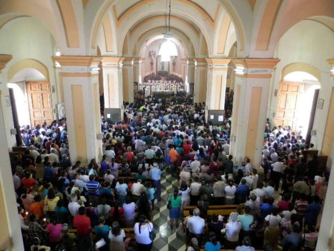 Los ciudadanos despidieron las fiestas en honor a la Virgen de Candelaria con una solemne misa. Foto EDH / Milton Jaco
