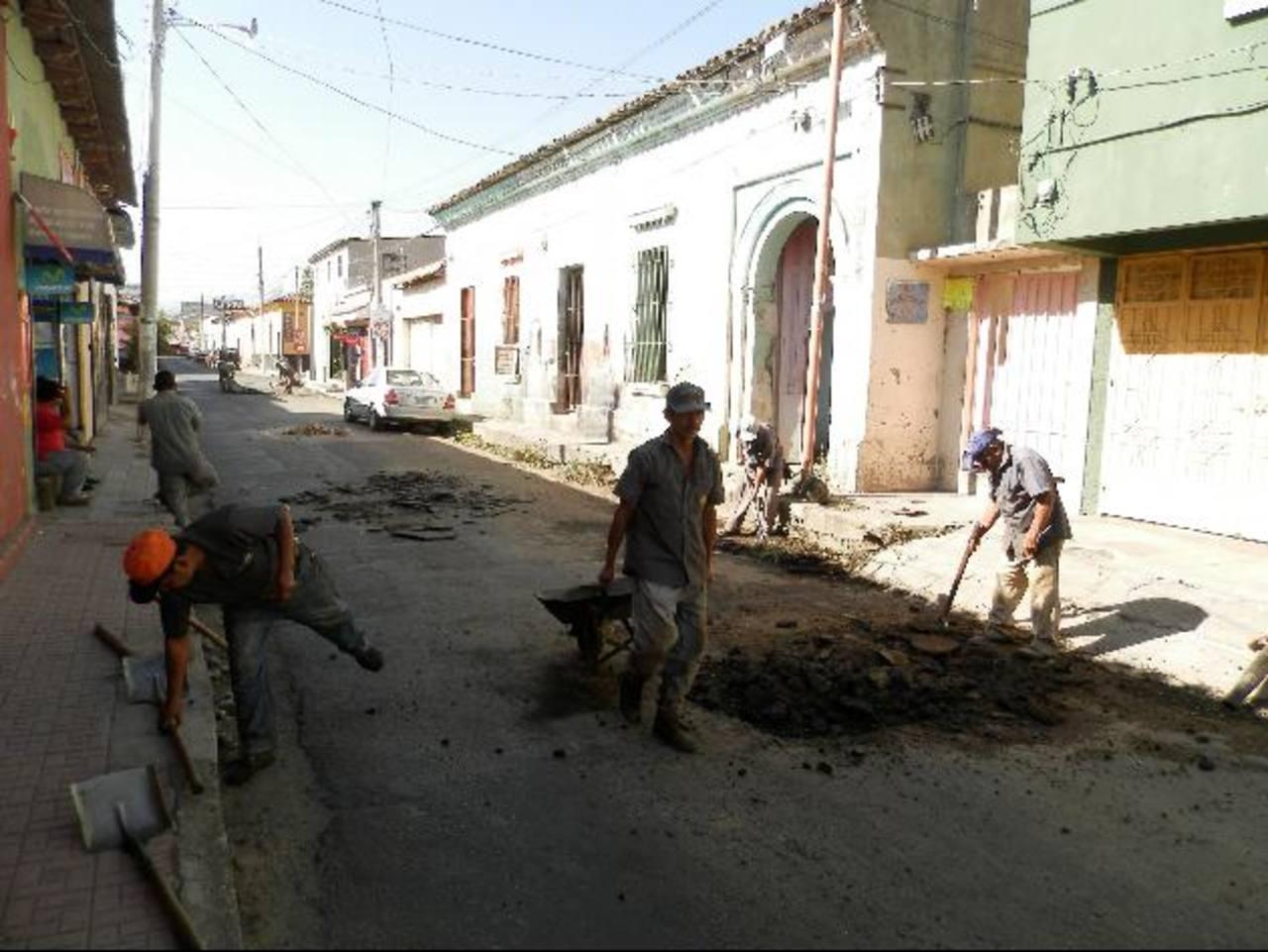 Los trabajos de recarpeteo y bacheo se realizan en las principales calles y avenidas de la ciudad Foto EDH / milton jaco