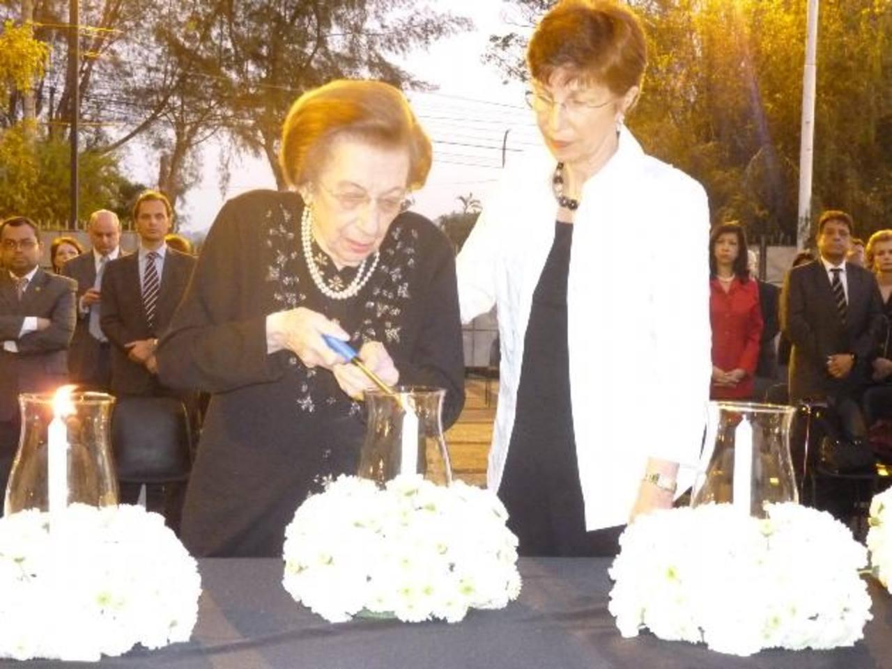 La sra Raymunda Weill, sobreviviente del Holocausto radicada en El Salvador, durante el homenaje. Foto EDH /cortesía