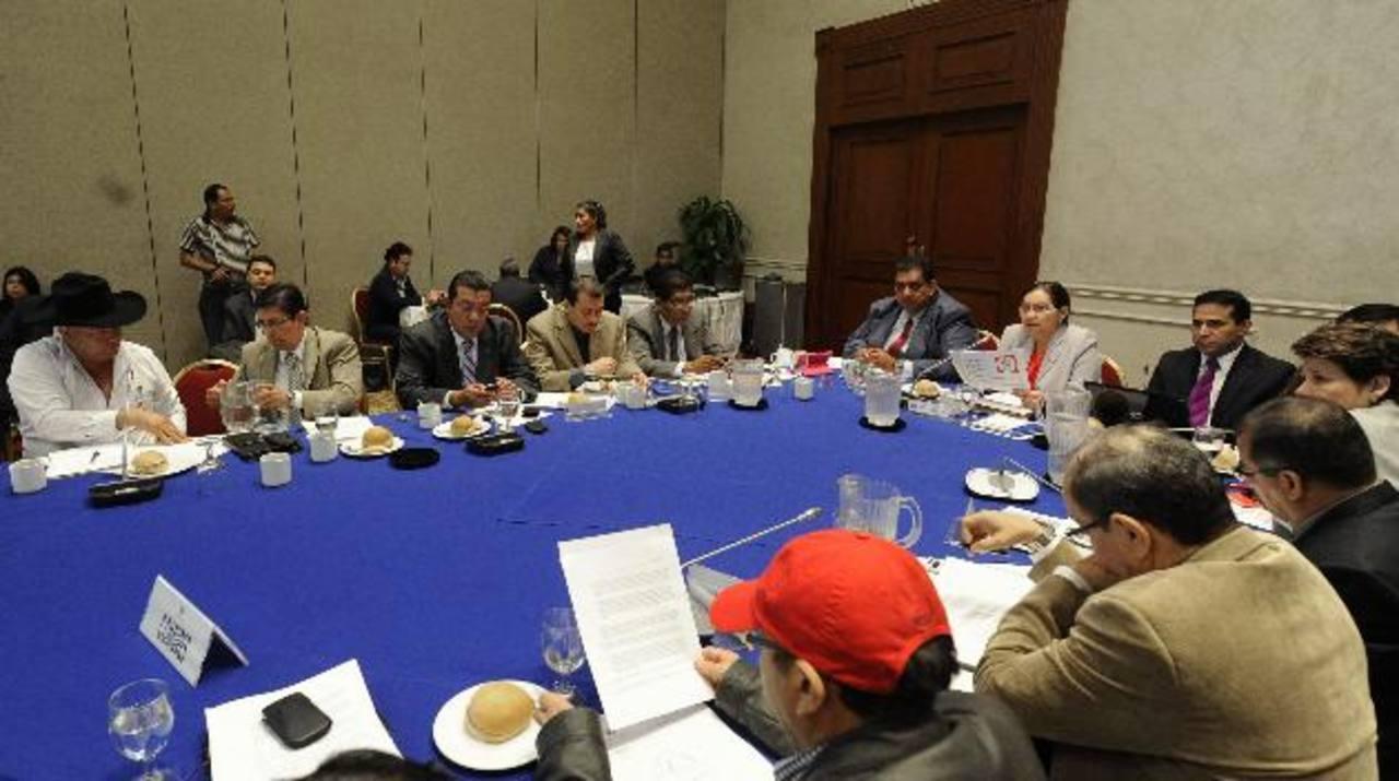 Los diputados se reunieron con el directorio ampliado de Comures para consultarles sobre el tema. foto edh / archivo