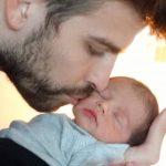 PIqué besa a su hijo, Milan. Foto Unicef