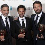 George Clooney (izquierda), Grant Heslvov (centro) y Ben Affleck (derecha) tras recibir el premio. Foto Reuters
