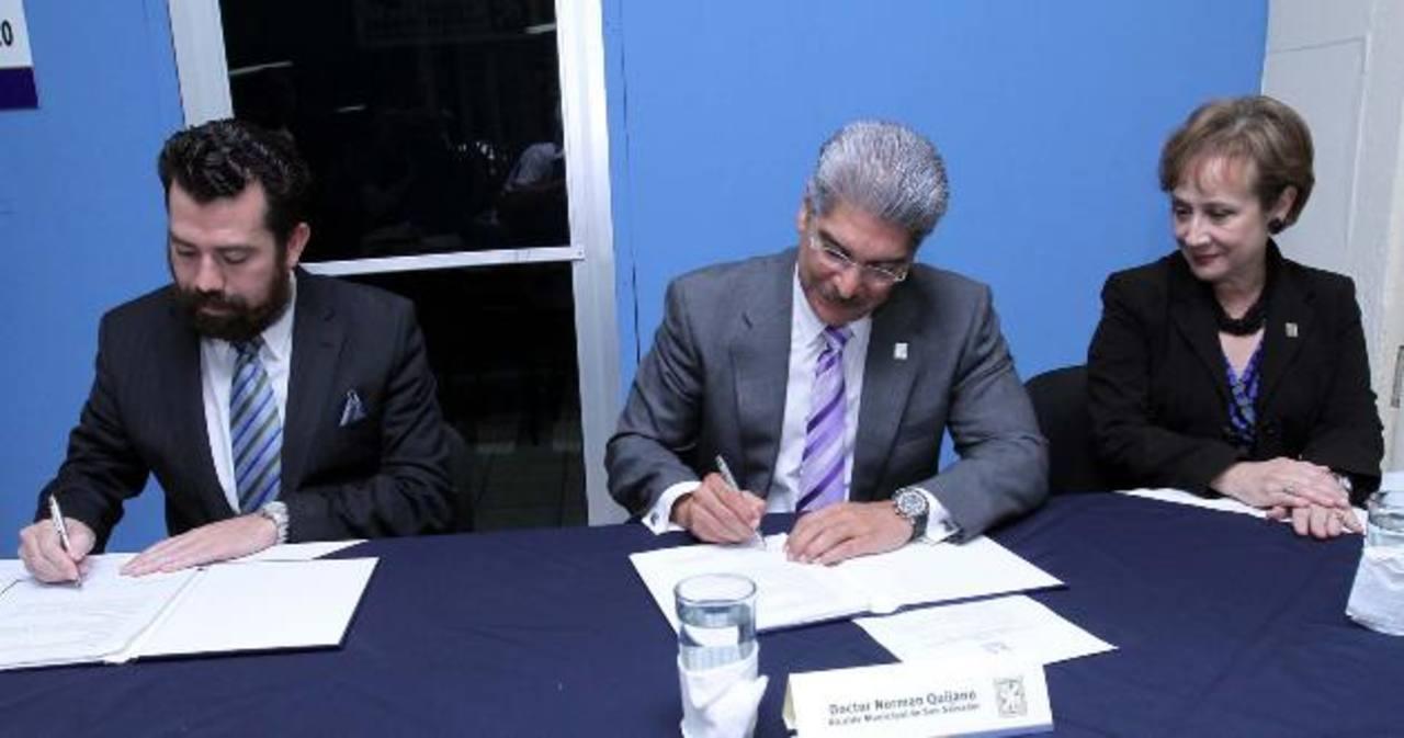Óscar Rodríguez y el alcalde Norman Quijano firmaron la alianza ayer por la tarde.