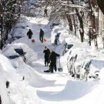 Varias personas limpian la nieve que cubrió sus vehículos en Boston. Foto/AP