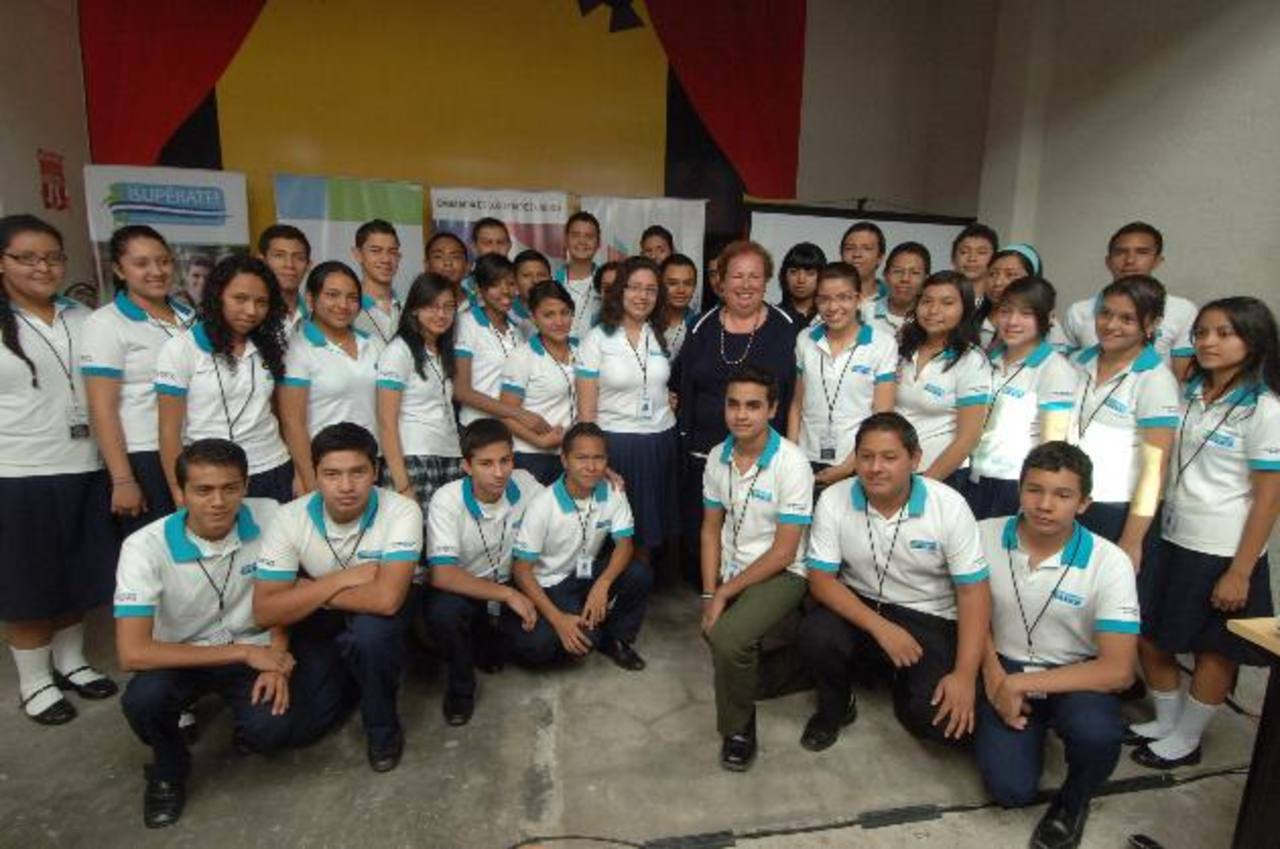 Cuarenta estudiantes de centros escolares públicos participaron en el plan piloto del programa. Aquí posan junto a la embajadora de EE. UU. Mari Carmen Aponte.