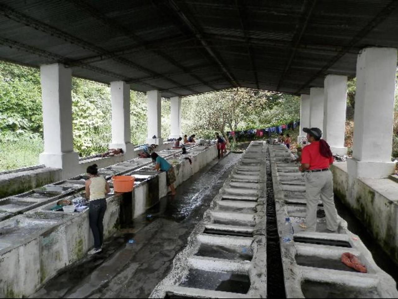 El número de personas que hace uso de los lavaderos públicos ha disminuido considerablemente. Foto EDH / milton jaco