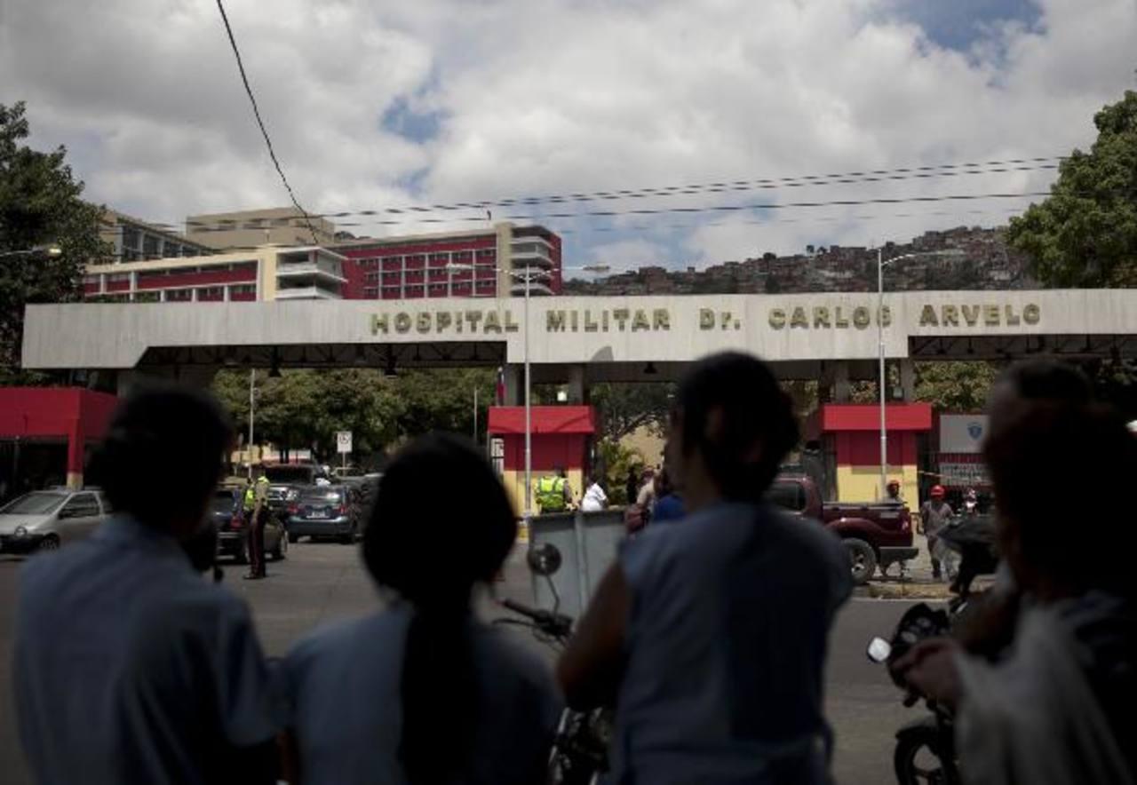 Curiosos, chavistas y algunos medios esperan algún dato sobre la salud del gobernante. foto edh / EFE
