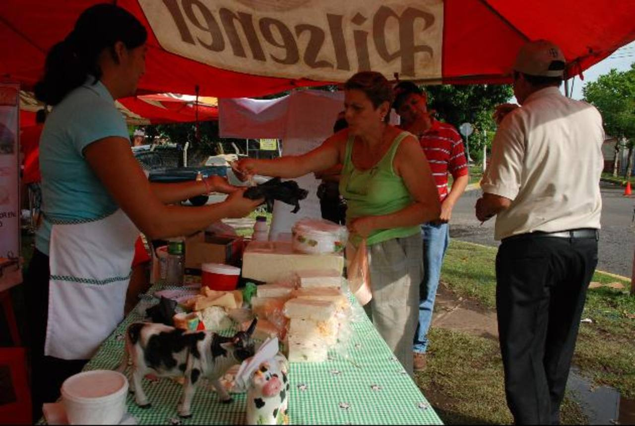 La comuna de Yucuaiquín entregó paquetes escolares a 100 estudiantes de bachillerato. Además donó sillas de rueda a personas de la tercera edad. Foto EDH / cortesía