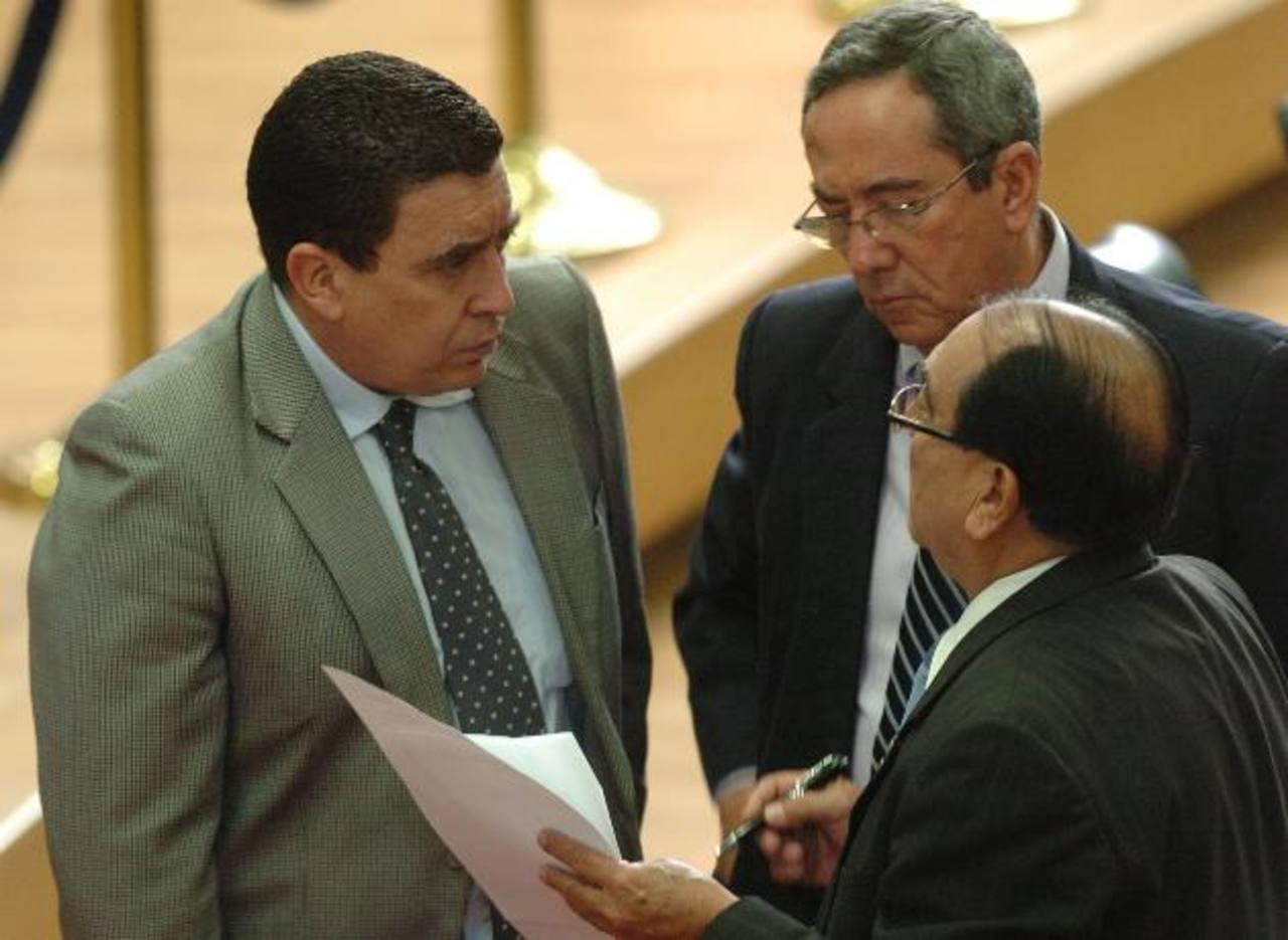 Ernesto Angulo, de ARENA (izq.) conversa con Roberto Angulo, de CN, y Sigifredo Ochoa, del Partido Progresista. foto EDH / jorge reyes
