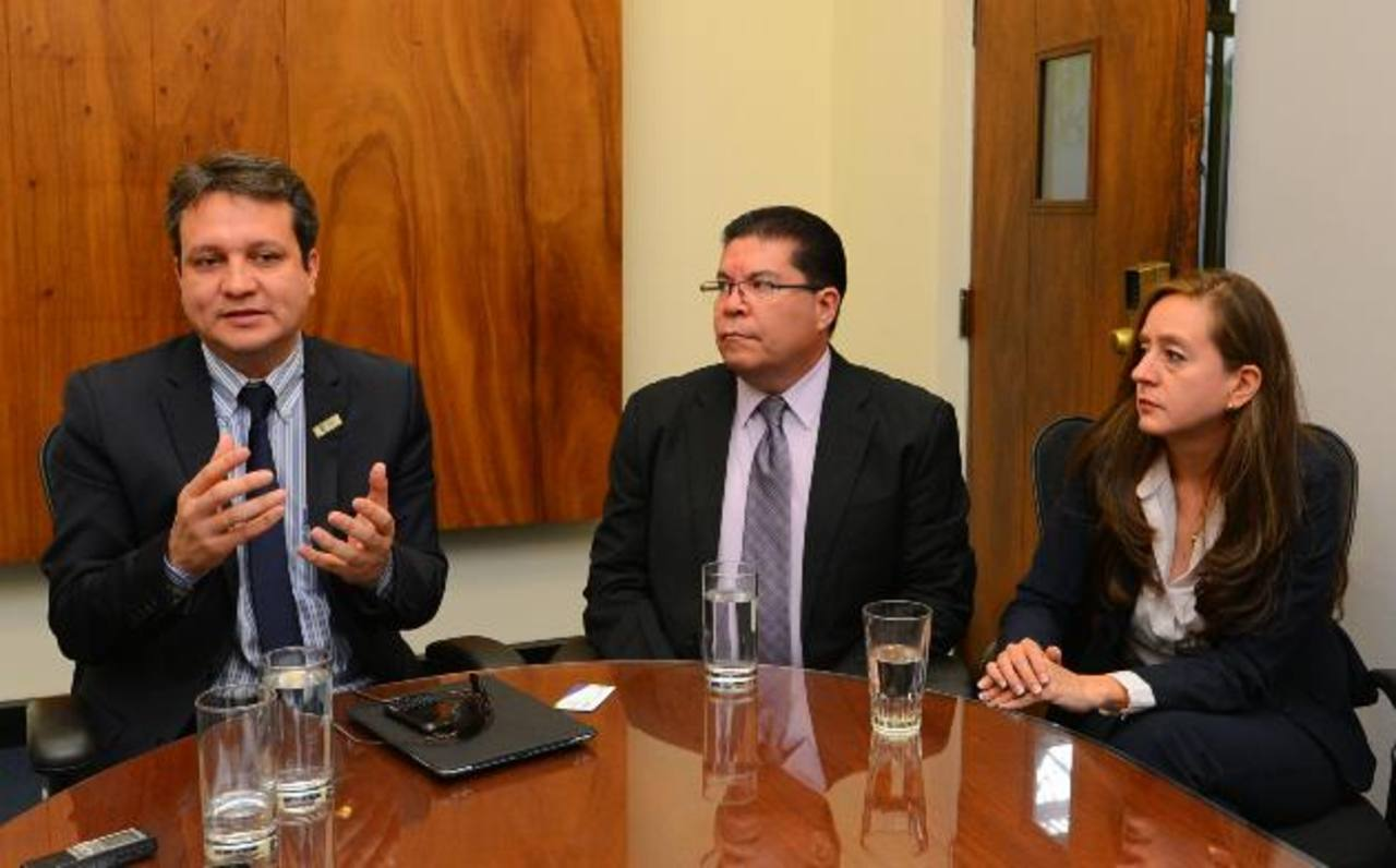 Eduardo Villanueva (izquierda), director de inversiones, Mauricio Ayala, gerente comercial y Negocios junto a Lezzy Méndez Cruz, gerente de mercadeo todos de Subes. Foto EDH / archivo