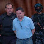 Policías élites custodian a Reynerio Flores Lazo cuando abandonó la sala de audiencias después de haber escuchado la imposición de 80 años de prisión por narcotráfico. Foto EDH / Archivo