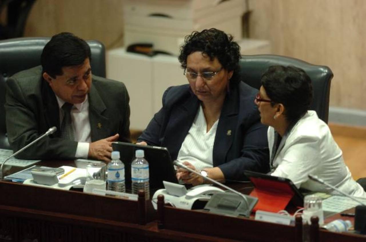 Diputados directivos del FMLN, Roberto Lorenzana, Lorena Peña y Lourdes Palacios, conversan ayer durante la sesión plenaria. foto EDH / jorge reyes