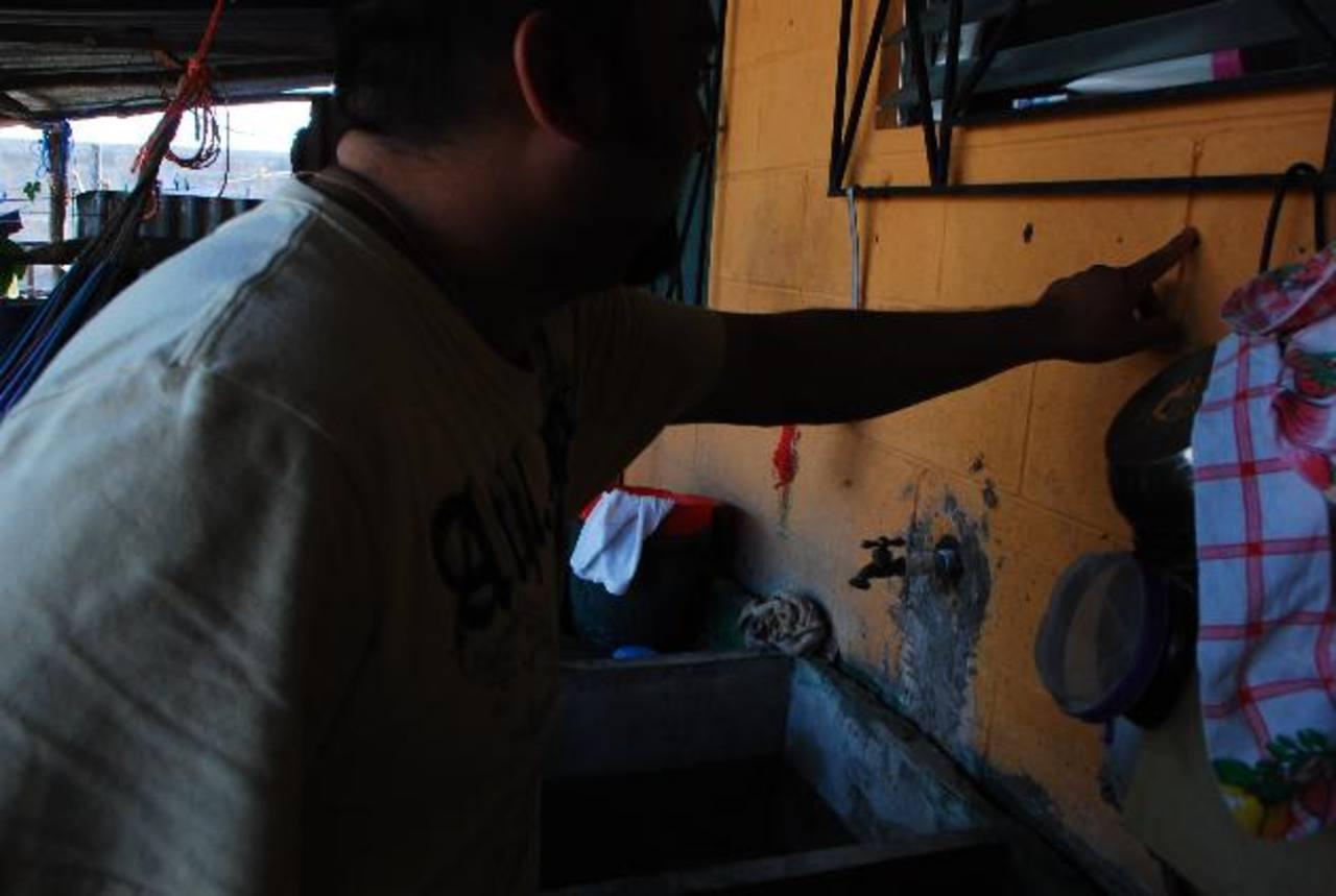 La carencia de agua, a veces, obliga a guardar o a recibir una que no es apta para el consumo. foto edh /carlos segoviaUno de los vecinos de la promocionada Nuevo Belén, muestra algunas de las grietas en su vivienda. Foto edh / carlos segovia