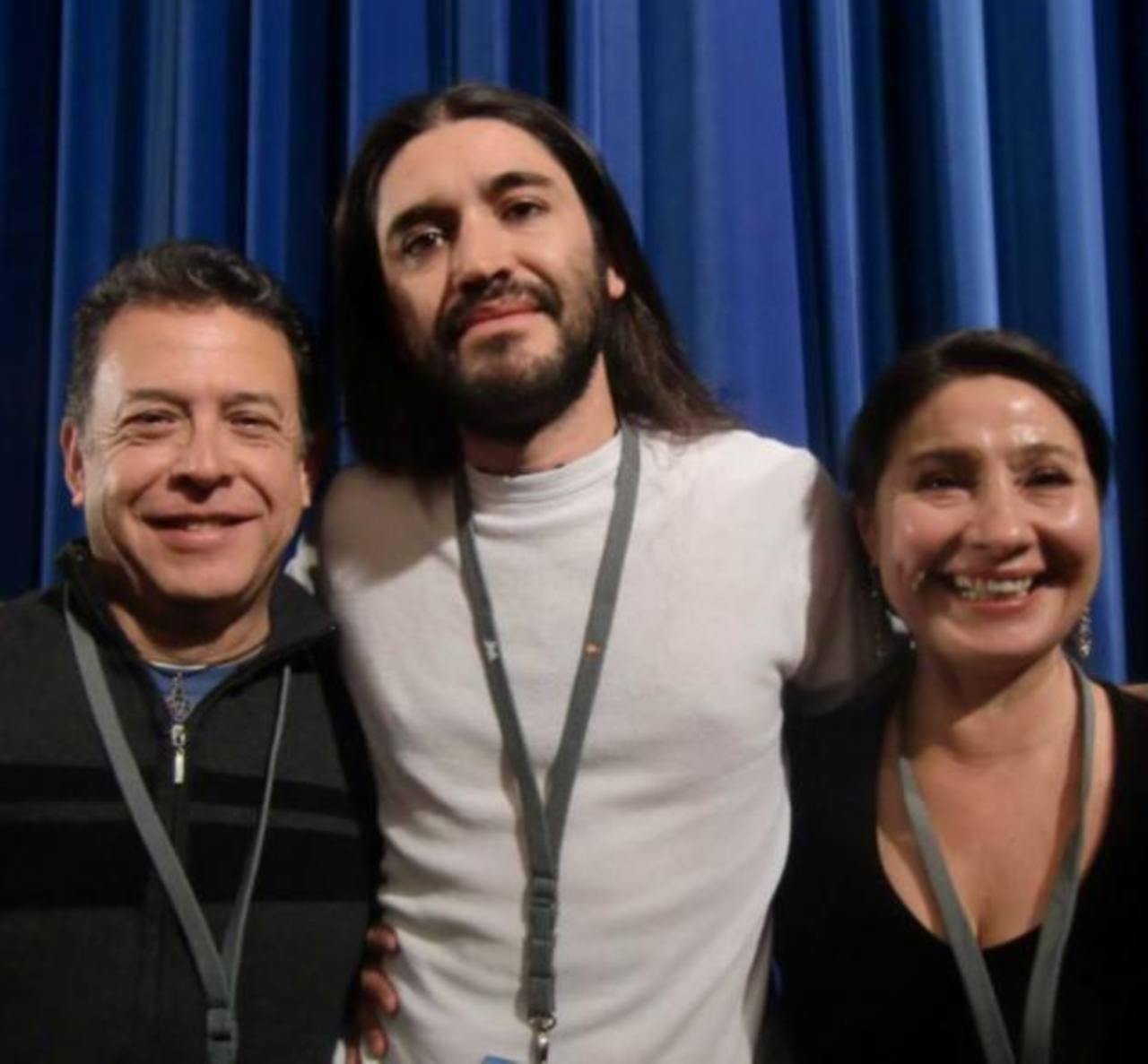 El director de origen salvadoreño y nacionalizado mexicano, José Luis Valle al centro de la fotografía.