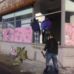 Rusos reparan ventanales de edificios que fueron afectados por la onda de choque, al explotar el metorito. FOTO REUTERS