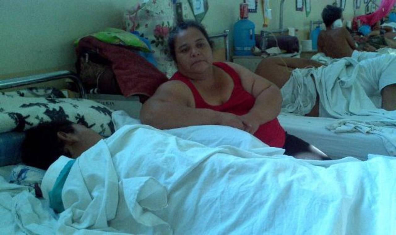 Susy Egisabal Cárcamo cuida a su hijo, que recién salió de una cirugía. Foto EDH / archivo