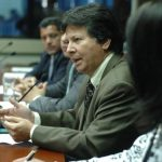Juan Pablo Córdova, (de verde), abogado de Cel, compareció ayer ante los diputados de la comisión ad hoc que analiza el contrato suscrito entre Cel y la ENEL. foto edh / jorge reyes