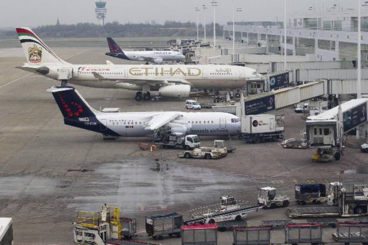 Aviones permanecen aparcados en el aeropuerto de Bruselas en Zaventem cerca de Bruselas (Bélgica). Foto edh / efe