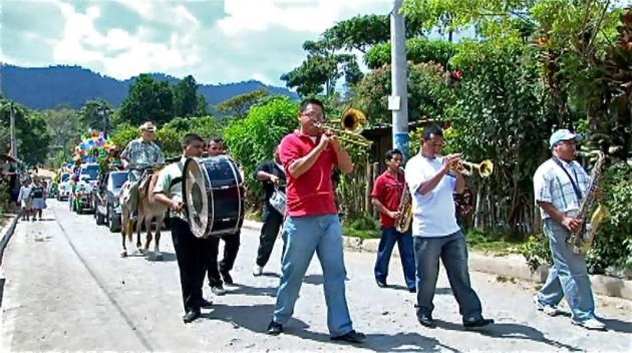 Los caficultores recorrieron las calles destacando la importancia del café, hubo carrozas y bandas de paz, entre otras actividades. Foto EDH / cortesía