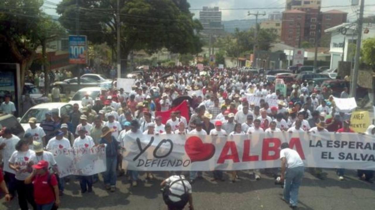 Personas beneficiarias de Alba y alcaldes de Enepasa se manifestaron frente a la ANEP en apoyo a Alba. Foto Marlon Hernández