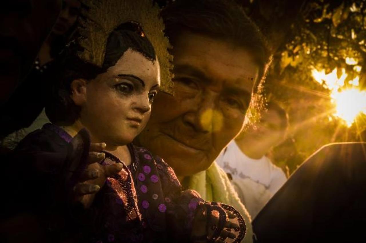 Los primeros rayos de sol iluminan el rostro del Niño Zarco y sus devotos.