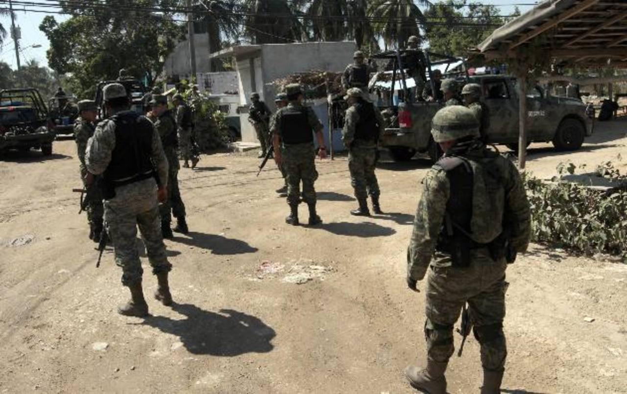 Agentes del Operativo Guerrero Seguro –establecido en el marco de la lucha antidroga y en el que participan policías federales y militares– se encuentran en la búsqueda de los agresores. fotos edh / efe