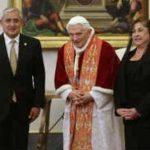 El encuentro entre Benedicto XVI y el Papa tuvo lugar en la biblioteca personal del pontífice, ubicada en el segundo piso del Palacio Apostólico de Roma. FOTO EDH