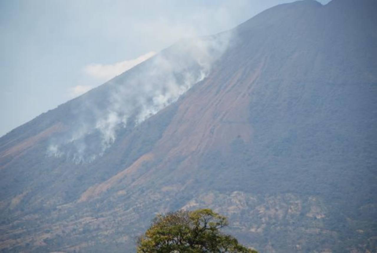 Los bomberos verificaban ayer por la tarde la magnitud del incendio registrado en la parte alta del coloso de San Miguel. Foto EDH / francisco torres